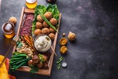 Ближневосточные или арабские блюда и сортированное meze на темной предпосылке Мясо, falafel, ghanoush Бабы, овощи halal стоковая фотография rf