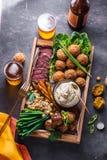 Ближневосточные или арабские блюда и сортированное meze на темной предпосылке Мясо, falafel, ghanoush Бабы, овощи halal стоковое фото rf