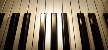 близкая верхняя часть съемки рояля клавиатуры вверх по взгляду Стоковые Изображения RF