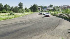 Близкая гонка преследования, спортивные машины управляет с звуком мотора реветь на следе сток-видео