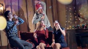 Близкая группа в составе друзья выпивает вино для того чтобы отпраздновать Новый Год сток-видео