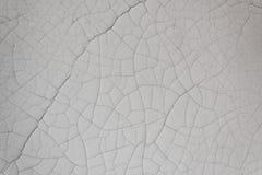 Близкая деталь тяжелой белой краски над гипсолитом с трескать стоковое изображение