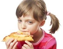 близкая есть девушка меньшяя пицца вверх Стоковая Фотография