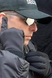 Близкая защита слушает к наушнику Стоковые Изображения RF