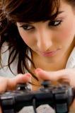 близкая играя женщина взгляда видеоигры Стоковые Фотографии RF