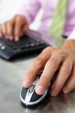 близкая мышь человека клавиатуры вверх используя Стоковое фото RF