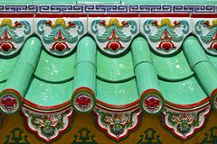 Близкая поднимающая вверх деталь плиток на китайском виске стоковое фото rf