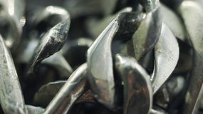 Близкая поднимающая вверх деталь цепи металла предпосылка с космосом экземпляра стоковая фотография