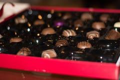 Близкая поднимающая вверх коробка молочных шоколадов с малой глубиной поля стоковое фото rf