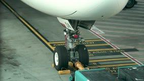 Близкая поднимающая вверх съемка аэробуса A380 на гудронированном шоссе в аэропорте Сиднея акции видеоматериалы