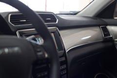 Интерьер автомобиля Современным приборная панель загоренная автомобилем стоковые фото