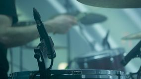 Близкая поднимающая вверх съемка рук барабанщика играя ритм видеоматериал