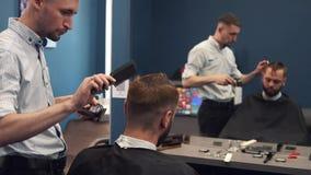 Близкая поднимающая вверх съемка человека получая ультрамодную стрижку на парикмахерской Мужской клиент сервировки парикмахера, д акции видеоматериалы
