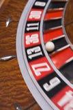близкая рулетка закручивая вверх по колесу Стоковое Изображение
