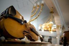 близкая старая поднимающая вверх скрипка Стоковые Фотографии RF