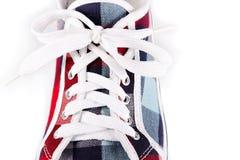 близкая шнуровка обуви резвится вверх стоковые изображения rf