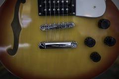 близкая электрическая гитара вверх стоковая фотография rf