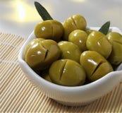 близкие зеленые оливки вверх стоковые фотографии rf