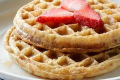 близкие клубники плиты поднимают waffles Стоковая Фотография