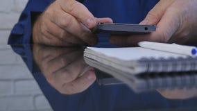 Близкие поднимающие вверх руки бизнесмена отправляют SMS используя связь мобильного телефона беспроводную стоковые изображения