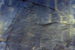 Близкие поднимающие вверх утесы Темные каменные текстура и предпосылка стоковые фотографии rf
