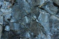 Близкие поднимающие вверх утесы Темные каменные текстура и предпосылка стоковое фото rf