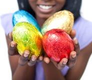близкие цветастые пасхальные яйца показывая вверх женщину Стоковые Фото