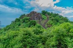 Близкий взгляд виска Buddhiest от верхней части леса растительности wirth холмов выглядя qwesome стоковое фото