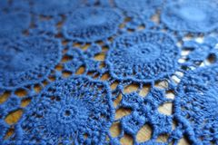 Близкий взгляд голубой кружевной ткани стоковые фото