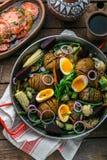 Близкий взгляд картошек hasselback и испеченных овощей стоковое фото rf