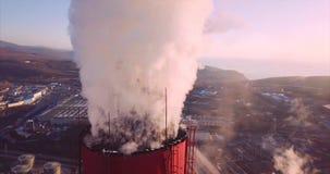 Близкий взгляд колпака над дымовой трубой центрального отопления и электростанции с паром рассветать акции видеоматериалы