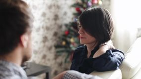 Близкий взгляд красивой женщины с ногтем в ее лбе говоря к человеку Задний взгляд супруга говоря к его видеоматериал