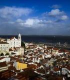 близкий взгляд района alfama, Лиссабона, Португалии Стоковые Изображения