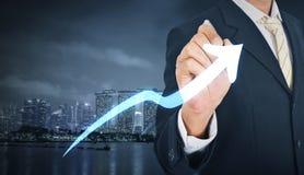 Близкий взгляд чертежа бизнесмена на диаграмме экрана растущей с c Стоковое Изображение