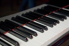 близкий грандиозный рояль клавиатуры вверх Стоковое Фото