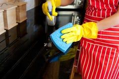 близкий делая housework вверх по детенышам женщины стоковые изображения rf