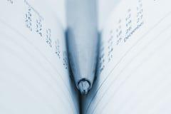 близкий журнал ручки вверх Стоковые Фотографии RF