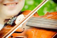 близкий играть вверх по скрипке Стоковая Фотография