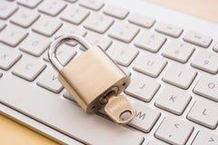 Близкий ключевой замок на клавиатуре, механизмах обеспечения безопасности blockchain стоковая фотография rf