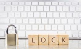 Близкий ключ со словом ЗАМКОМ на кубах, предпосылкой клавиатуры стоковое изображение