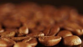 близкий кофе вверх макрос кофе завтрака фасолей идеально изолированный над белизной макрос кофе завтрака фасолей идеально изолиро видеоматериал