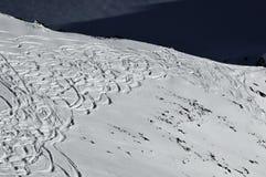 близкий край катаясь на лыжах к стоковое фото