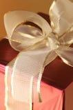 близкий красный цвет золота подарка вверх Стоковое фото RF