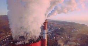 Близкий панорамный взгляд колпака над дымовой трубой центрального отопления и электростанции с паром сток-видео