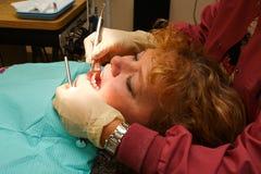 близкий пациент зубоврачебного гигиениста вверх работая стоковое фото rf