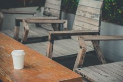Близкий поднимающий вверх бумажный стаканчик на деревянном столе стоковая фотография rf