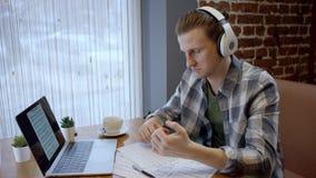 Близкий поднимающий вверх взгляд молодых пианиста или гитариста пробуя составить его новую песню в дезертированном перерыве на ча сток-видео