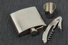 Близкий поднимающий вверх взгляд набора стальной склянки, ножа для вскрытия консервных банок и стальной стопки Красивые предпосыл стоковая фотография