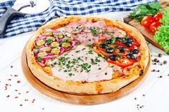 Близкий поднимающий вверх взгляд на пицце на белой деревянной предпосылке с ingridients роскошь уклада жизни превосходной еды кух стоковая фотография
