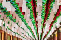 Близкий поднимающий вверх взгляд на строке красивых бумажных фонариков Фестиваль празднует день рождения Будды в Южной Корее стоковые изображения